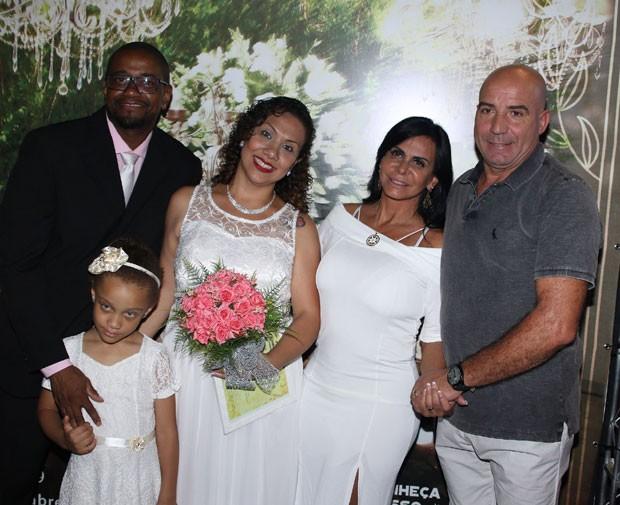 Gretchen e o marido, Carlos, com um dos casais que formalizaram a união (Foto: AgNews / Thiago Duran)