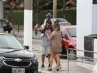 Bruno Gagliasso, em passeio com a filha Titi, é tietado por fãs no Rio
