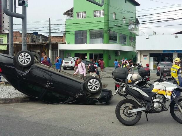 Carro caporta na Avenida Caxangá e motorista fica ferida (Foto: Marlon Costa/Pernambuco Press)