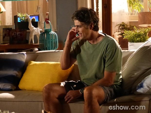 Cadu fica contente com a ligação de Verônica (Foto: Em Família/TV Globo)