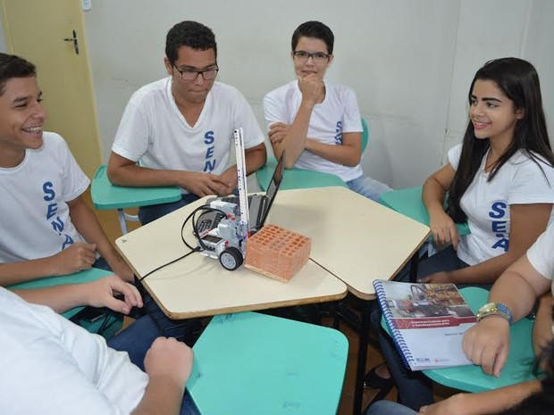 Alunos de Cacoal, RO, desenvolvem atividades práticas em robótica (Foto: Rogério Aderbal/G1)