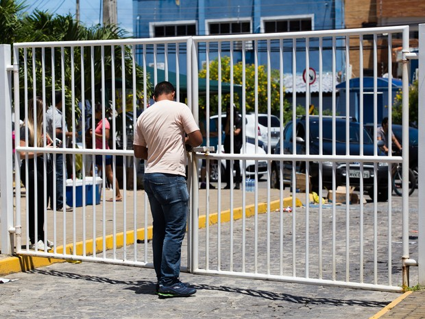 SÁBADO (8) - MACEIÓ (AL) - Portões são fechados ao meio-dia em Maceió para a prova do Enem (Foto: Jonathan Lins/G1)