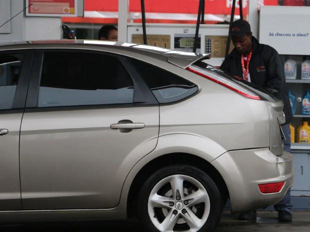 Flaubert abastece carro durante o trabalho no posto de combustíveis (Foto: Felipe Truda/G1)