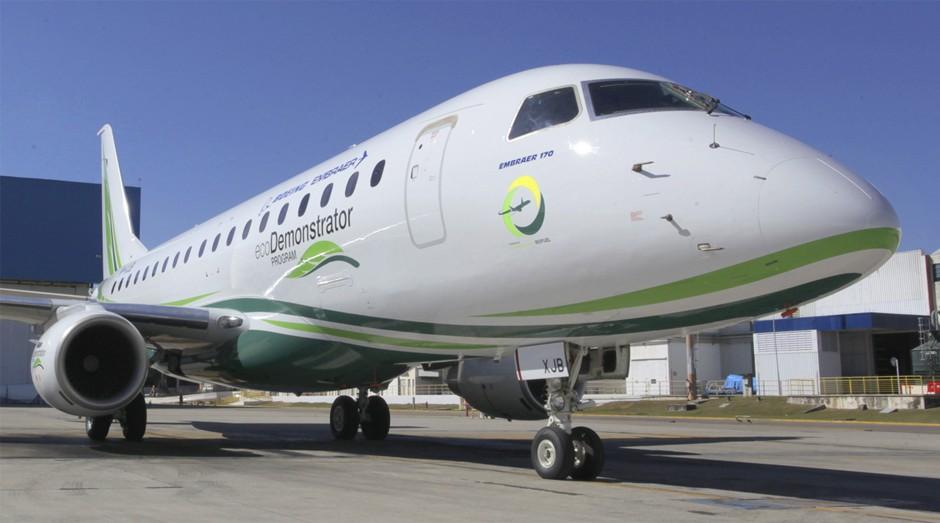 Novo Embraer: a aeronave tem capacidade para 70 passageiros e soma características curiosas, como uma tinta especial que impede insetos de ficarem no bico do avião (Foto: Divulgação)