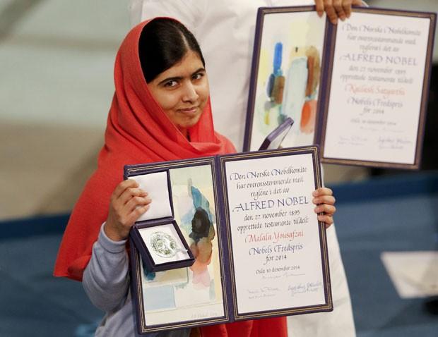 Malala Yousafzai posa com a medalha e o diploma do Prêmio Nobel da Paz em Oslo nesta quarta-feira (10) (Foto: Suzanne Plunkett/Reuters)