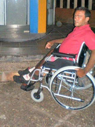 Fernando espera meia hora por ônibus durante a semana (Foto: Thais Pucci)