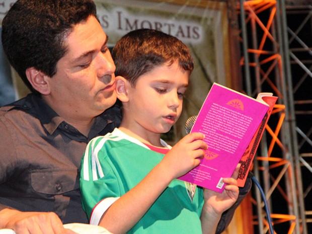 Juan Pablo Villalobos e o filho Mateo, de 7 anos, durante bate-papo na Flipoços 2013 (Foto: Jéssica Balbino / G1)