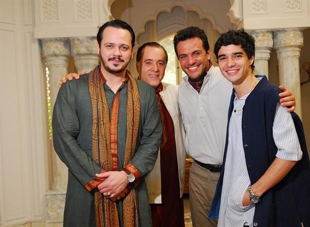 O patriarca indiano Opash (Tony Ramos) tomava as rédeas da vida dos seus filhos Amithab (Danton Mello), Raj (Rodrigo Lombardi) e Ravi (Caio Blat) em 'Caminhos da Índias'. (Foto: Caminho das Índias / TV Globo)
