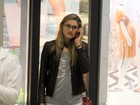 De shortinho rasgado, Sasha vai às compras em shopping no Rio