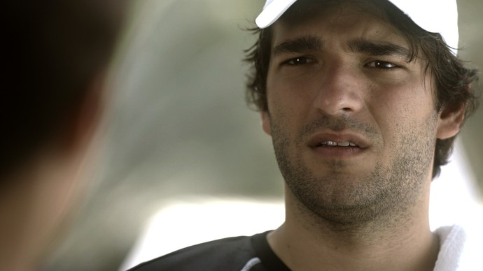 Tiago fica chocado com a possibilidade de terem encontrado o corpo de Isabela (Foto: TV Globo)