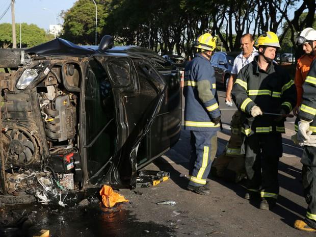 Carro capotado no Parque da Cidade, em Brasília, nesta terça-feira (25), após batida em outro veículo (Foto: Corpo de Bombeiros DF/Divulgação)