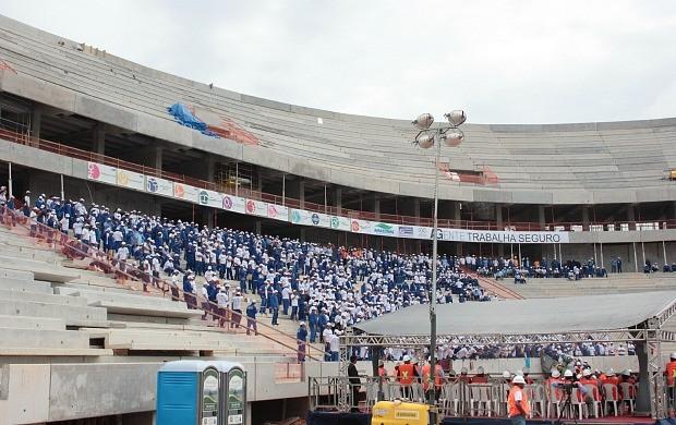 """Operários da Arena participaram do denominado """"Programa Trabalho Seguro"""" (Foto: Anderson Silva)"""
