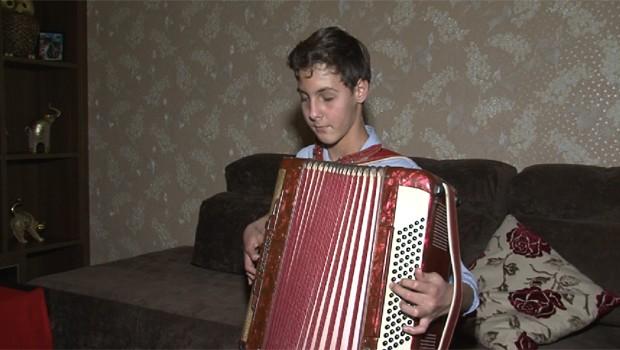 Luan Fadel, de Guarapuava, toca mais de sete instrumentos (Foto: Reprodução/RPC)