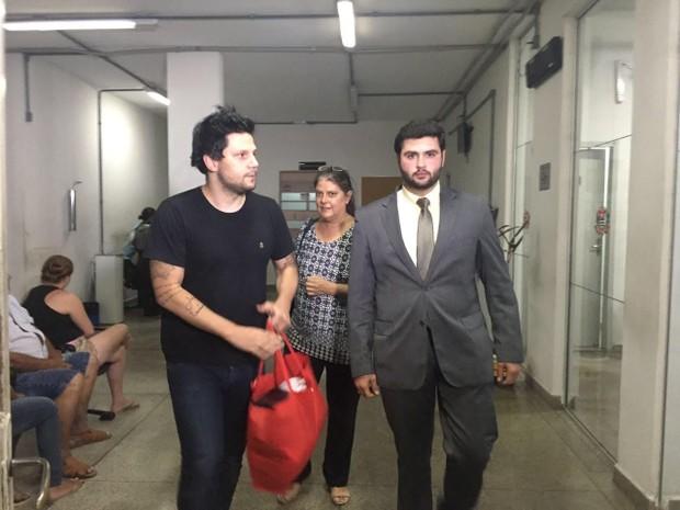 Ex-vocalista da dupla Thaeme e Thiago deixa cadeia em Jacareí (Foto: Camilla Motta)