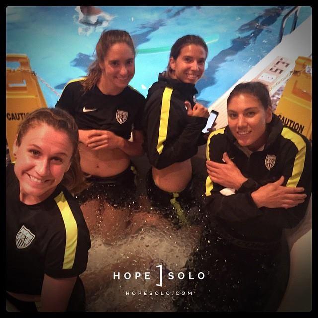 Hope Solo e colegas em banheira de gelo