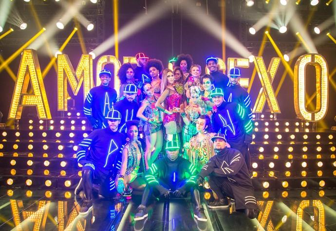 Fernanda Lima com os bailarinos no palco do programa (Foto: TV Globo/ Paulo Belote)