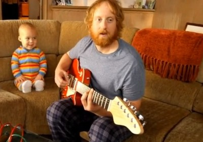 Bebê vira rockstar em campanha de jogo de videogame (Foto: Reprodução)