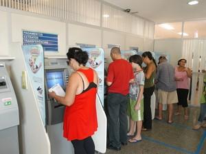Pessoas usando os caixas eletrônicos em agência do Banestes. (Foto: Ricardo Medeiros/ A Gazeta)