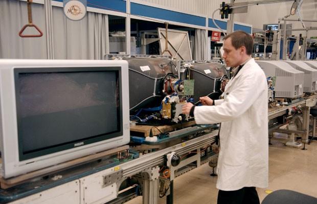 Funcionário monta TV de tubo na fábrica da Philips, na cidade francesa de Dreux, em 2005. (Foto: Eric Feferberg/AFP)