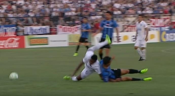 Hugo Silveira cai com o braço enroscado por baixo do zagueiro no jogo do Nacional
