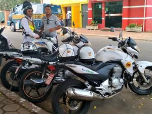 Mototaxista diz que redução é pequena, mas ajuda no fim do mês (Foto: Quésia Melo/G1)