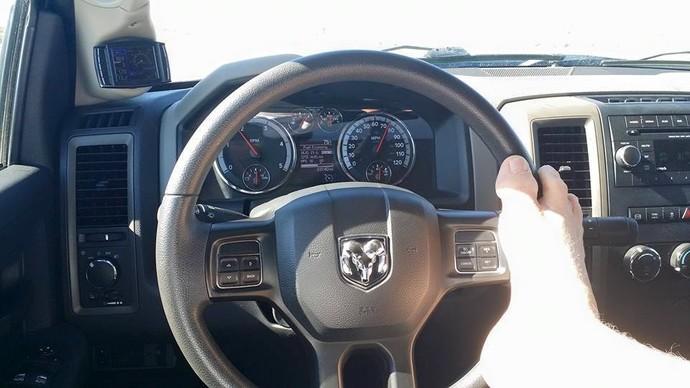 Matt Stutzman dirige carro adaptado guiando o volante com o pé (Foto: Reprodução/Facebook) height=388