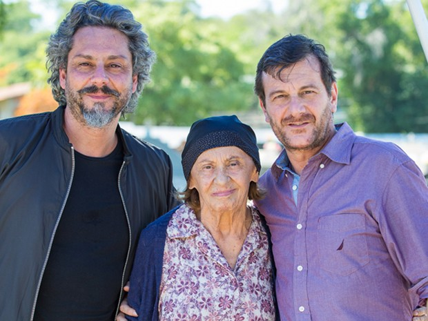 Primeiras cenas de Laura Cardoso são com Alexandre Nero e Roberto Birindelli (Foto: Artur Meninea/ Gshow)