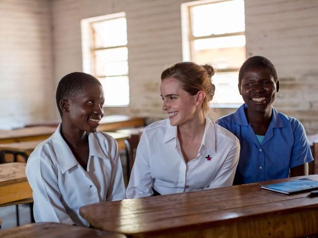 Emma Watson conversa com as estudantes Stella Kalilombe e  Cecilia Banda que voltaram a estudar aps terem seus casamentos anulados (Foto: UN Women/Karin Schermbrucker)
