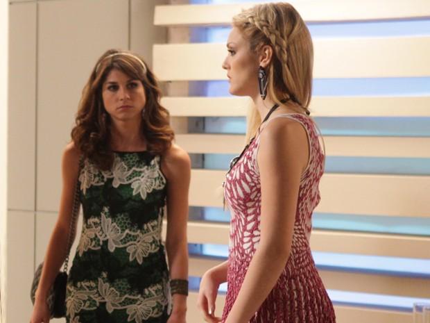 Manu e Megan se estranham nos bastidores da Parker TV (Foto: Pedro Curi/ TV Globo)