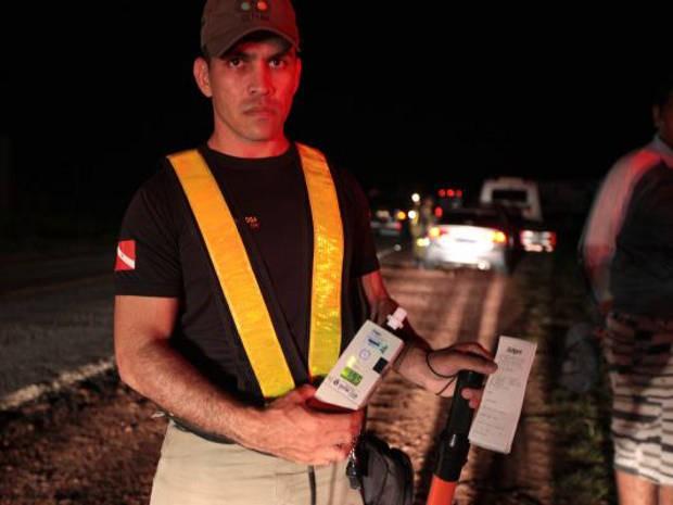 Teste do bafômetro identifica 10 motoristas dirigindo após ingestão de álcool, em Salinas (Foto: Carlos Sodré/Ag. Pa)