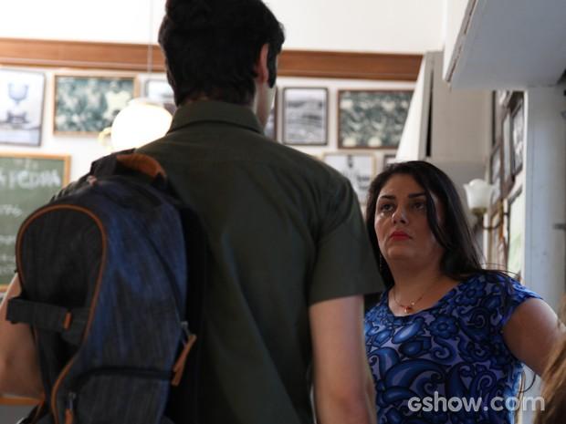 Soraia quase pega Antônio no flagra e o cara fica sem graça (Foto: Carol Caminha / TV Globo)