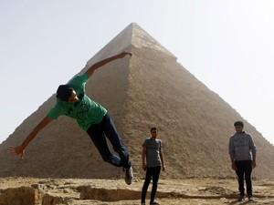 Grupo de parkour em frente a pirâmide (Foto: Amr Abdallah Dalsh/Reuters)
