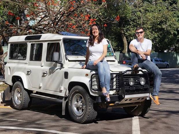 Eleni Alvejan e Sérgio Medeiros na Land Rover que vão usar na viagem (Foto: Eleni Alvejan/Arquivo pessoal)