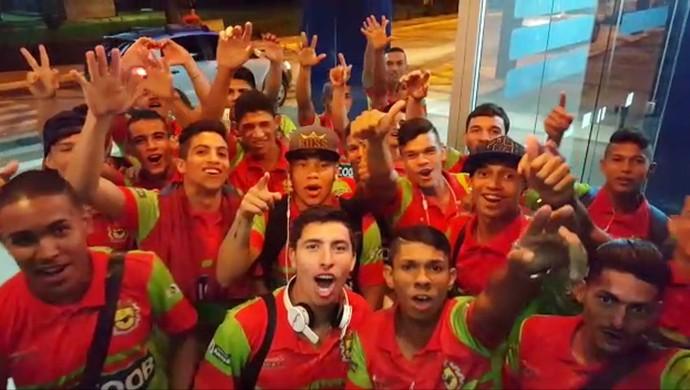 Jogadores do Galvez viram o ano no aeroporto de Rio Branco (Foto: Reprodução)