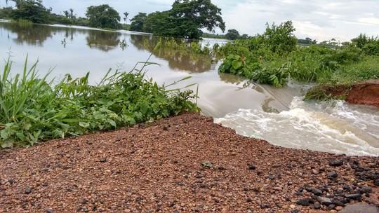 Chuva faz pista se romper e cratera interdita BR-222 no norte do Maranhão