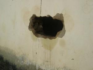 Agentes ainda não descobriram o que presos utilizaram para fazer buraco na parede (Foto: Waléria Assunção/TV Paraíba)
