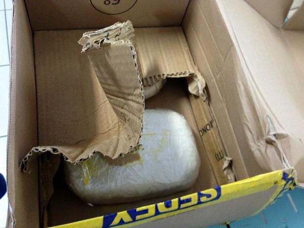 Em outro pacote, fundo falso foi usado para tentar esconder droga (Foto: Divulgação/Receita Federal)