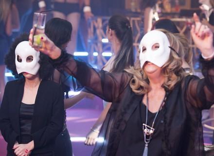 Fedora e Lucrécia usam disfarces para assistir ao show de Agilson