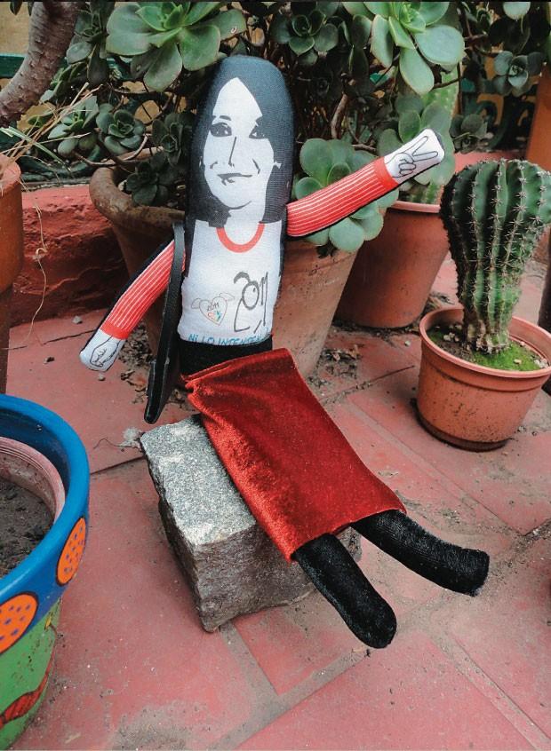 """CRISTINA APROVA... ...a boneca de pano  """"Cristinita"""", feita  à sua imagem. Um dos exemplares, esgotados nos museus do governo, carrega uma bolsa Vuitton  (Foto:  Lali Baliner/Papeles y sellos/EFE)"""