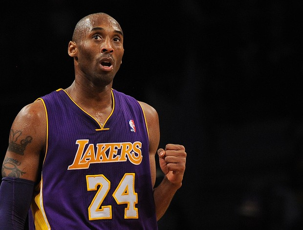 Kobe Bryant comemora mais uma vitória do Los Angeles Lakers (Foto: AFP)