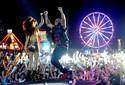 Flo Rida abre champanhe e dança com planetários