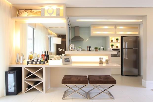 A bancada com iluminação e níveis diferentes se destaca na decoração (Foto: Camila Klein)