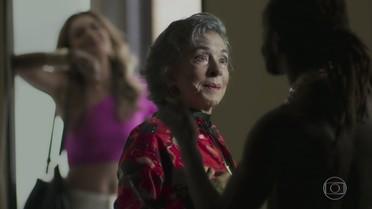 Bibi leva Elvira para falar com Sabiá e Heleninha a repreende