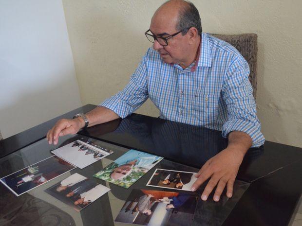 Betinho mostra fotos e fala da vida em família (Foto: Patrícia Cavalho/G1)