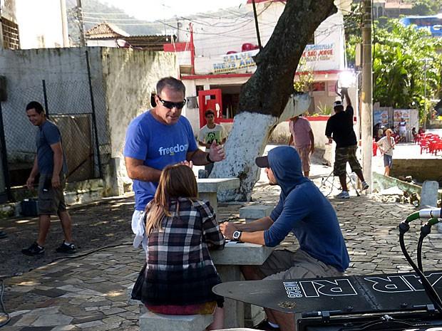 O diretor Marcus Figueiredo dirige a cena em que Lia e Sal se encontram (Foto: Malhação / TV Globo)