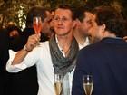 No Brasil, Michael Schumacher toma champagne em evento