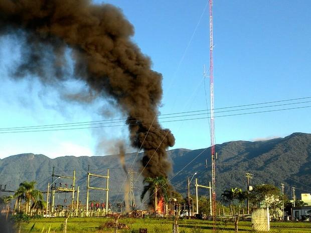 Bombeiros precisaram desligar energia para conter as chamas (Foto: Fabio Sabino / Arquivo Pessoal)
