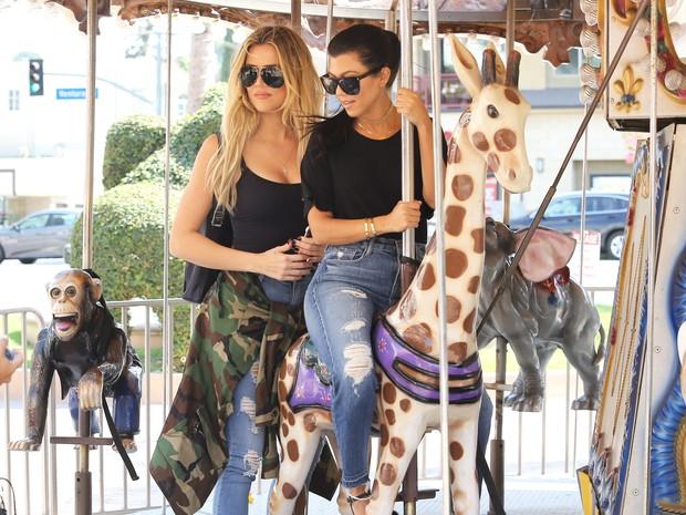 X17 - Khloe Kardashian e Kourtney Kardashian se divertem em carrossel em Los Angeles, nos Estados Unidos (Foto: X17online/ Agência)