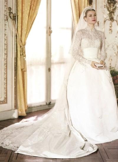 Grace pediu à figurinista Helen Rose uma cauda bem longa e usou um touca no lugar da tradicional tiara (Foto: Reprodução)