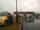 Com pneu careca, ônibus derrapa em pista molhada e fica atravessado